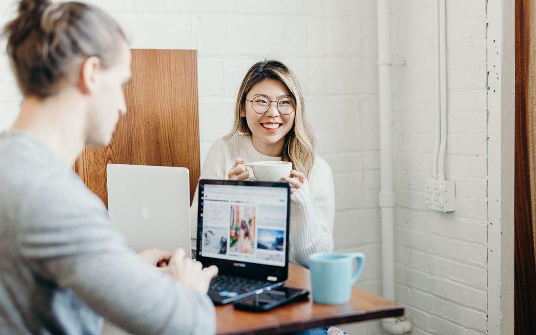 deux femmes sur un ordinateur
